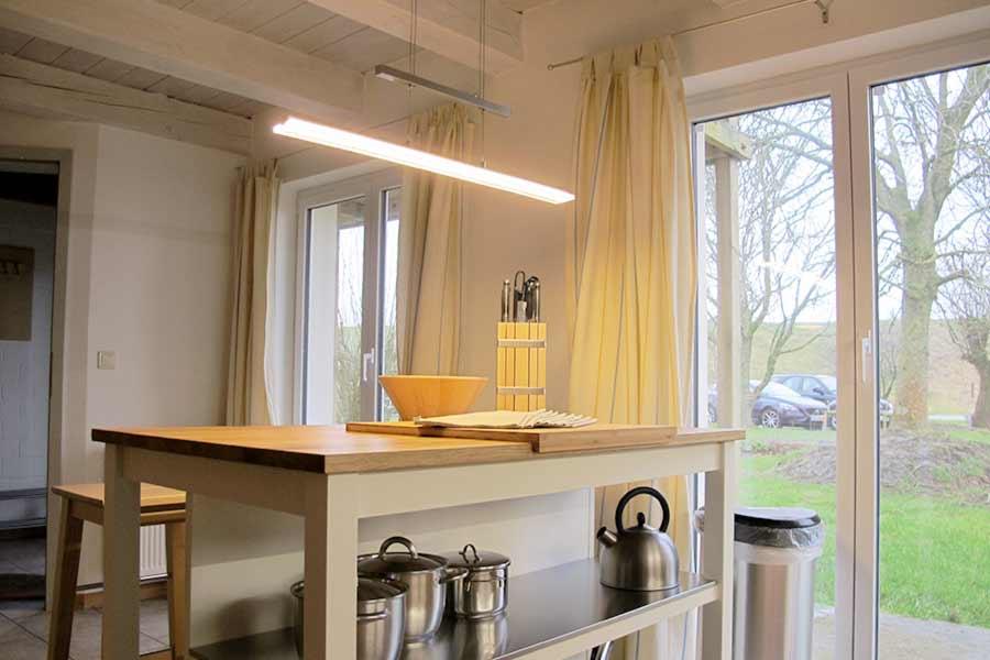 Kücheninsel mit kleinem Frühstücksplatz in der Wohnküche HeverHus Tholenhof Nordsee