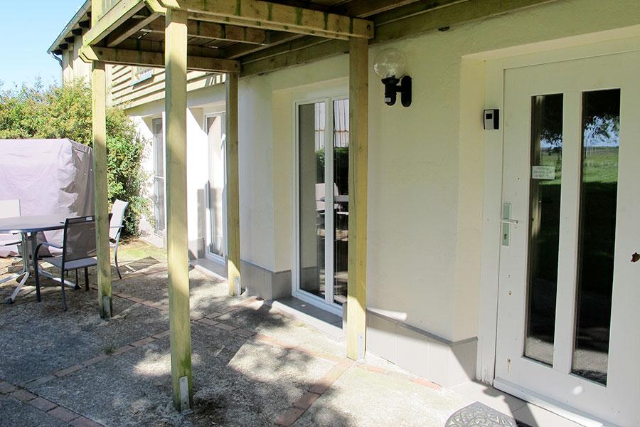 """Eingang zur """"Südfall"""" mit Terrasse"""